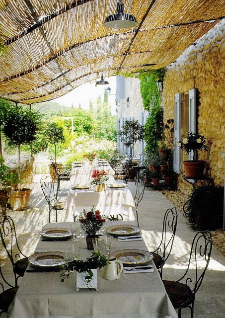 Outdoor dining, yes please! Linen and Lavendar via Woodley Lane