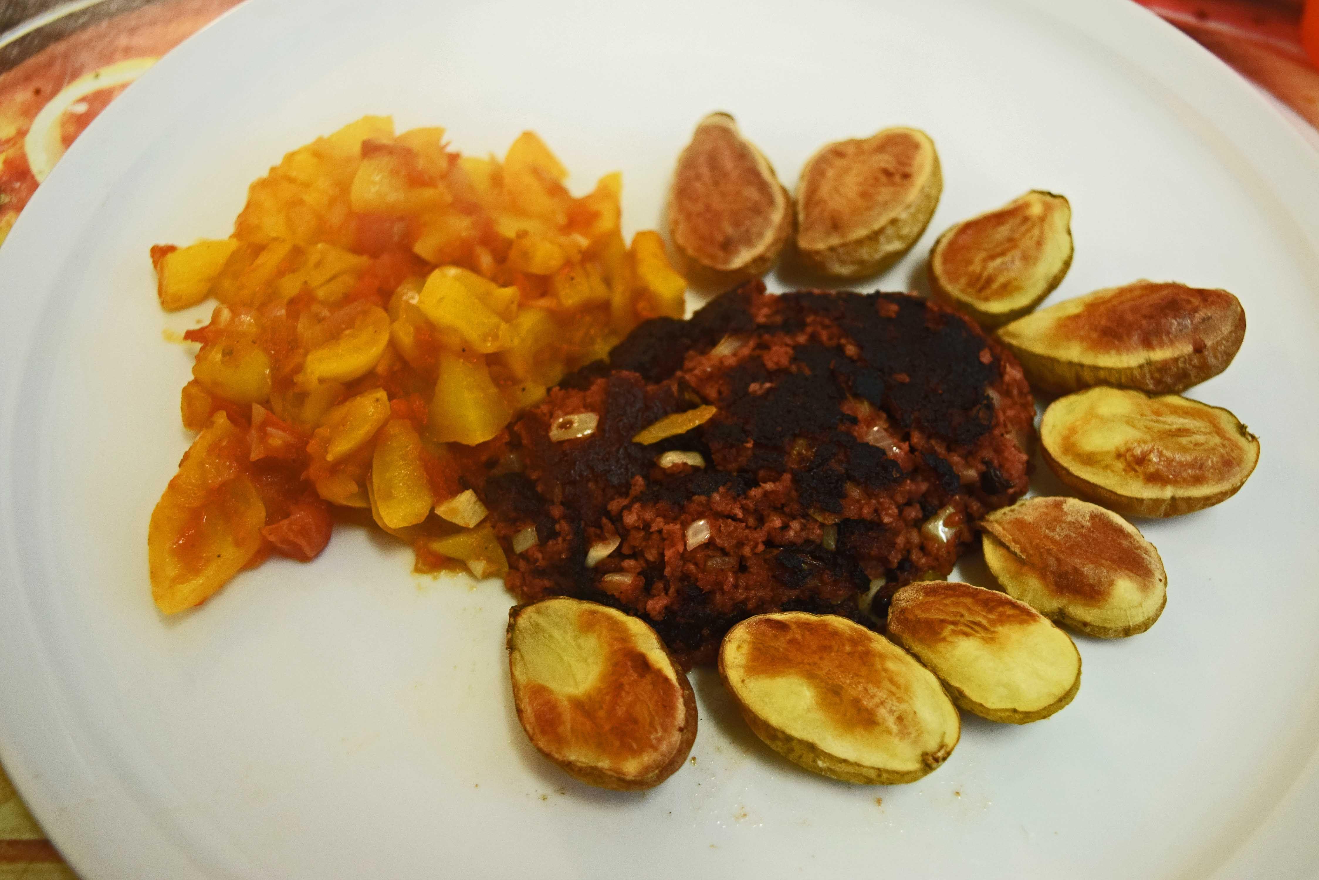Pljeskavica Mit Sataras Und Kartoffeln Kroatisch Kochen Kroatische Rezepte Lebensmittel Essen Essen