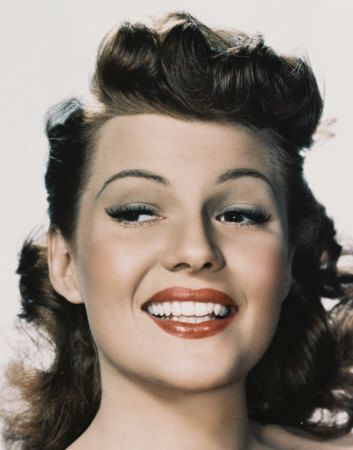 Rita Hayworth Inspires With Her Red Lip And Long Lashes In This Image Her Hair Is Different From The Classic Vintage Hairstyles Hair Styles 1940s Hairstyles