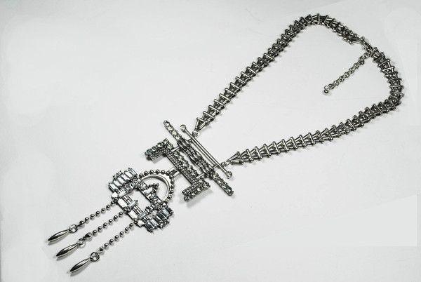 DÉTAILS PRODUIT Collier Lilade la marque Ma Xuan. Ce collier long en argent antique estdécoré d'un pendentif orné de strassblancs dans un esprit ethnique et