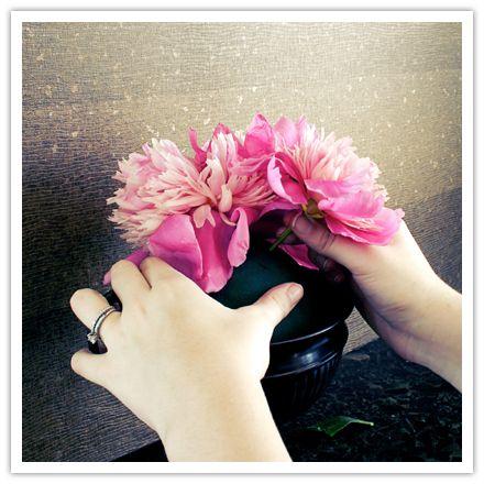 Gorgeous DIY Wedding Centerpiece: Peony Flower Pomander Urn:   Step Four
