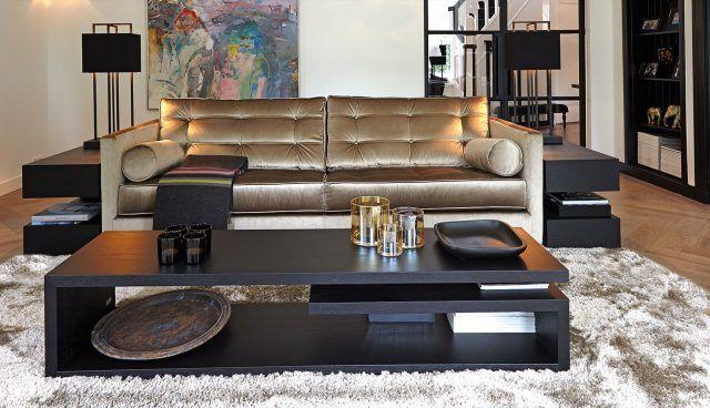 Moderne woonkamer met luxe bank mooie lampen aan beide zijdes