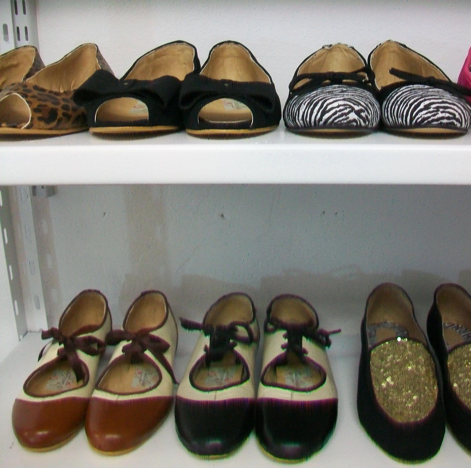 En las estanter as se secan los zapatos para encajarlos taller de calzado - Estanterias para calzado ...