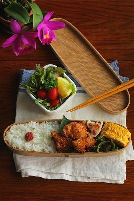 白米タイ風豚もも肉の唐揚げ青葱入り卵焼き蓮根の梅肉和え甘長唐辛子の桜海老和えサラダ今日は「タイ風豚の唐揚げ」が主役のお弁当。先日の晩ご飯に作った鶏肉バージョンが美味しかったので、お弁当には豚肉バージョンで登場させました。作り方は、食べ易いよ