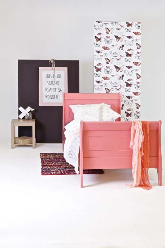 KARWEI   Het massief grenen bed is roze gelakt. #kinderkamer #wooninspiratie #karwei