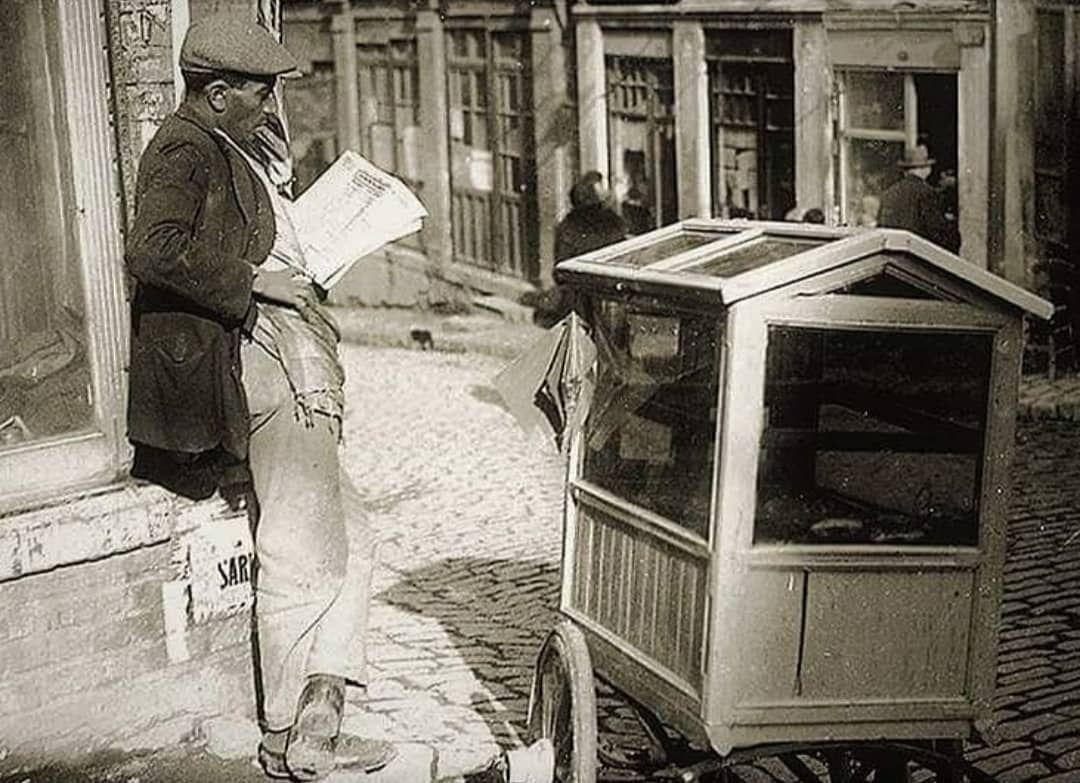 Balat'ta seyyar börekçi, 1930 | Instagram, Istanbul, Sokak