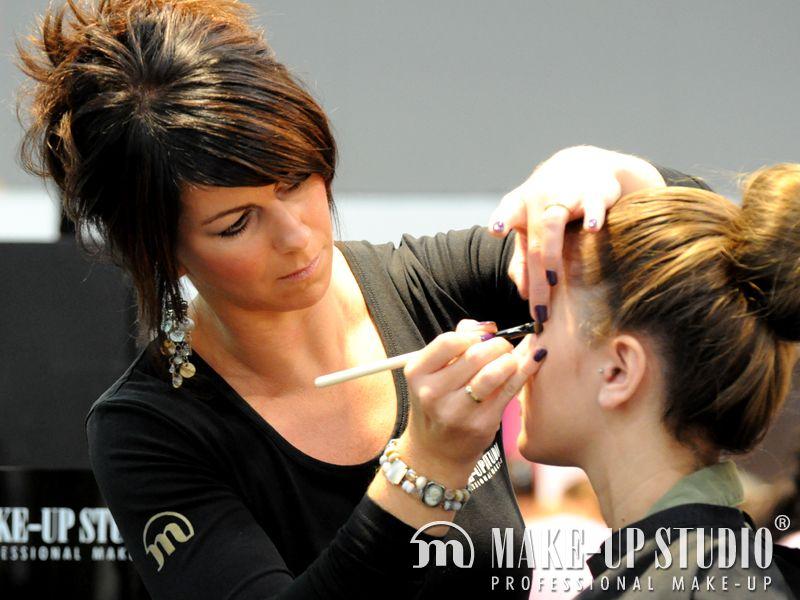 Make Up Stoel : Op het podium bij de make up studio stand konden bezoekers plaats