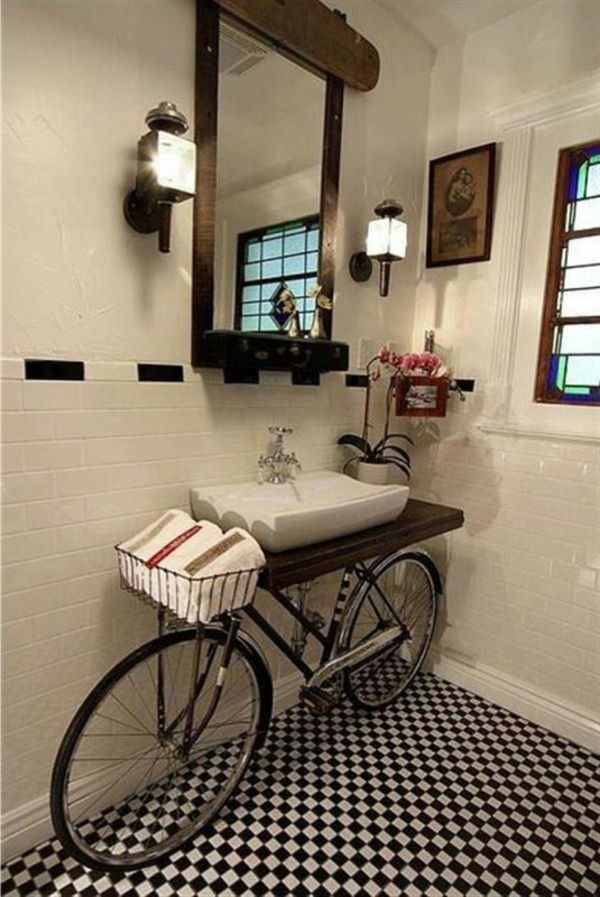 Badezimmer Mit Weißen Wänden Une Einem Schönen Spiegel Mit Holzrahmen Und  Zwei Wandleucher   Fahrrad