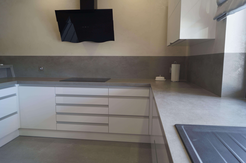 Nowoczesna Kuchnia Bialo Szara Blaty Ze Spieku Kwarcowego Oxido Grigio Bianco Home Decor Furniture Decor