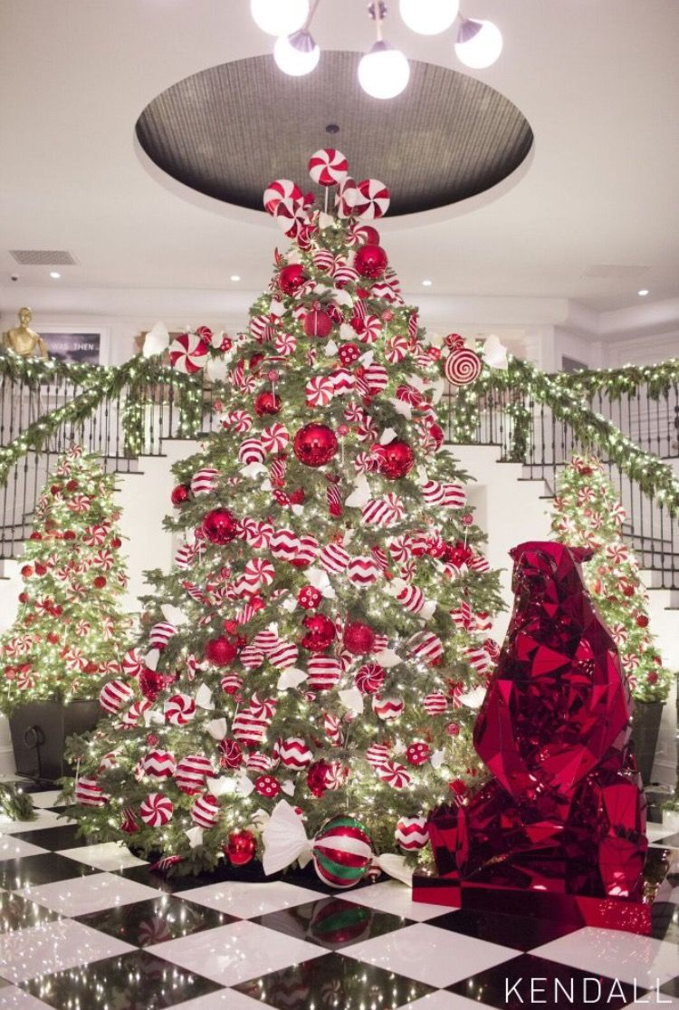 Photo Credit To Kendall Jenner Glamorous Christmas Glamorous Christmas Tree White Christmas Decor