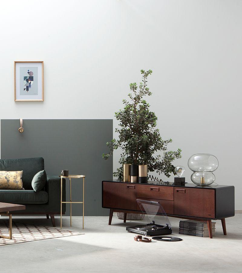 Wij zijn fan! Een woonkamer waarin oude klassiekers in een nieuw jasje zijn gestoken of gecombineerd zijn met moderne elementen. #newclassic #wonen #woonkamer #bank #living #room #couch #retro #retroliving