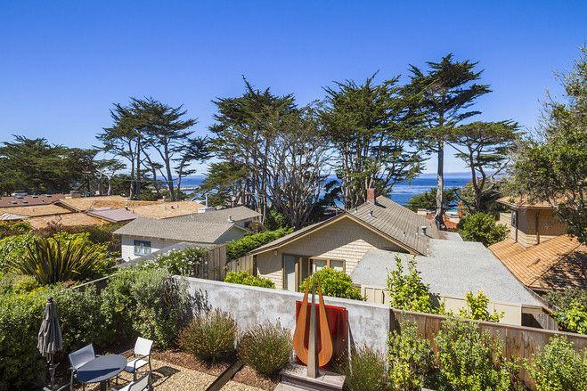 カリフォルニアの海沿いの町に建つコンテンポラリーな邸宅