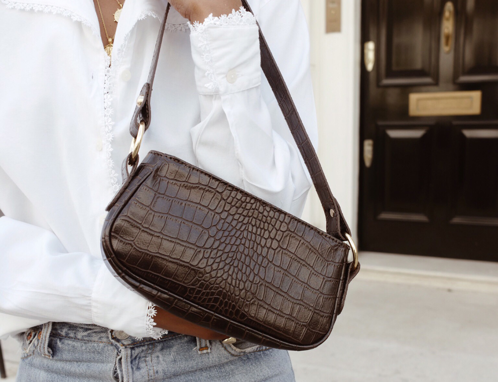 The 90s shoulder bag trend is back. In fact, a lot of trends from the 90s  are making their way into our summe… in 2020 | Shoulder bag women, Shoulder  bag outfit,