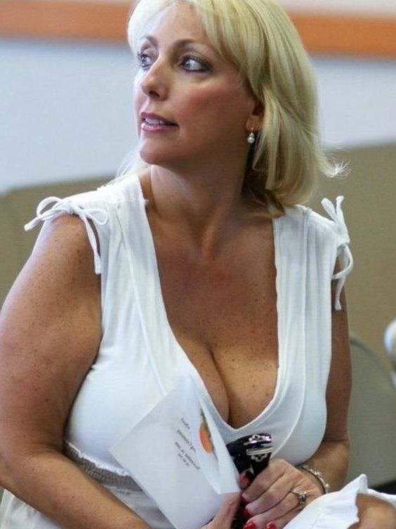 cougar blonde femme a gros nichon