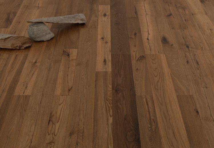 Sie möchten Ihren Wohnraum mit einem antiken Boden gestalten? Dann sind Sie mit der hochwertigen Breitdiele Eiche Viktoria bestens beraten. Eine großartige Breitdiele mit einem außergewöhnlichem Erscheinungsbild in der verlegten Fläche! Das Besondere sind die einzelnen Lamellen in unterschiedlichen Längen & Breiten. Das Farbspektrum reicht von mittel- bis dunkelbraun. Abgerundet wird der Vintage-Look durch per Hand eingearbeitete Hobelspuren. #naturholzboden #parkett #eiche #parquet…
