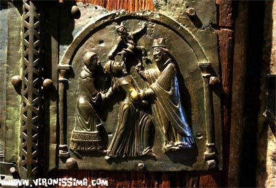 La drammatica formella dell'esorcismo del vescovo Zeno a una indemoniata è una delle più incisive del battente destro - San Zeno, Verona