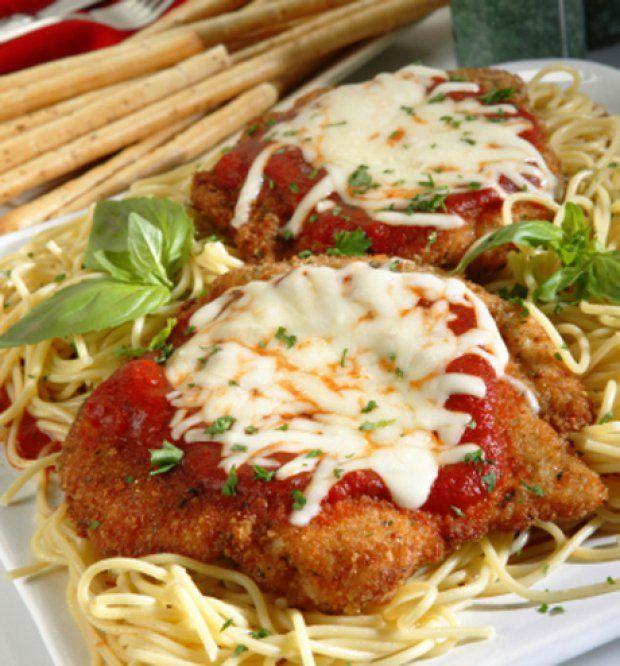 Tomatenspaghetti mit Schnitzel in Käse-Ei-Hülle