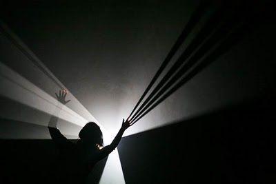 Anthony Mac Call, artiste contemporain travaillant sur la lumière blanche et l'obscurité
