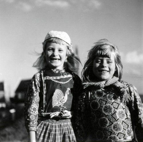 Kinderen in klederdracht in de haven van Marken. Op de achtergrond vissersboten. Nederland, 1950 #NoordHolland #Marken