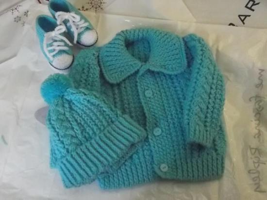 Saquito, gorro y escarpines tejidos a mano para bebe - artesanum com