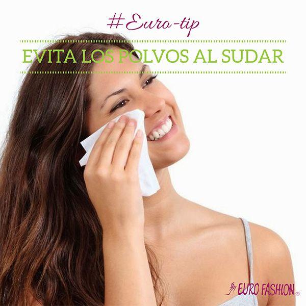 Evita usar polvos cosméticos en el rostro para tratar de ocultar el sudor. En su lugar, lleva hojas de papel para secar y que absorban aceites o toallitas húmedas para evitar que los poros se obstruyan.