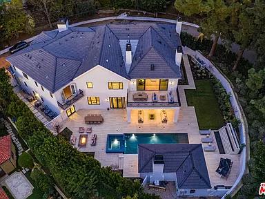 9520 Hidden Valley Rd Beverly Hills Ca 90210 Zillow In 2020 Los Angeles Real Estate Los Angeles Homes Hidden Valley