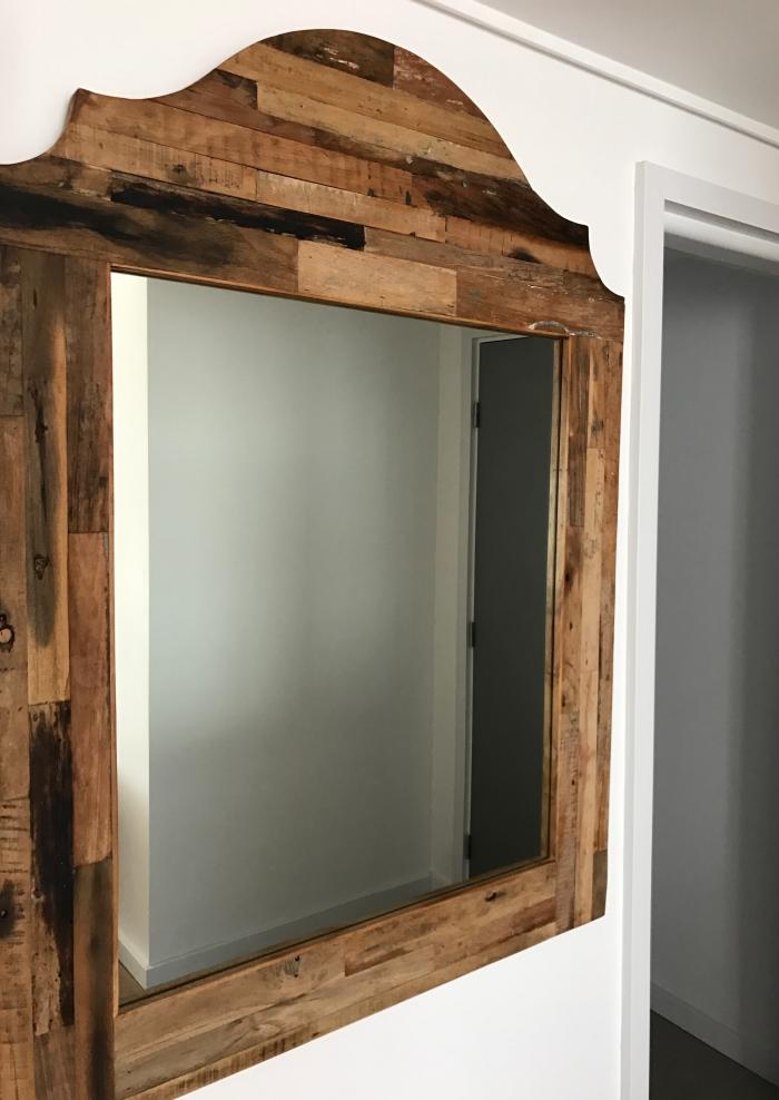 Espejo con marco de madera de demolición / Alexander Boulevard by ...