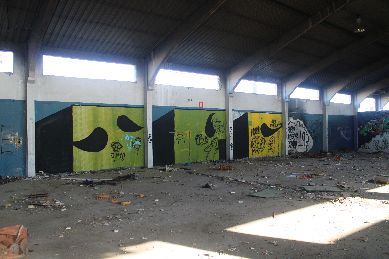 muros repletos de grafitis y basura esparcida por todos lados