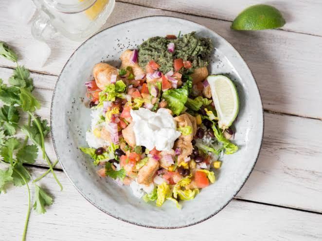 Mexikanische Schüssel: Hähnchen Burrito Bowl mit Guacamole