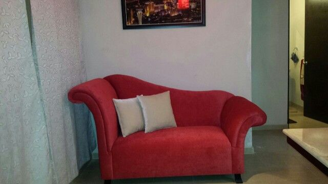 Sillon romano de 1.80m en velvet rojo con dos decorativos en 45cm por 45 cm en suede crema.