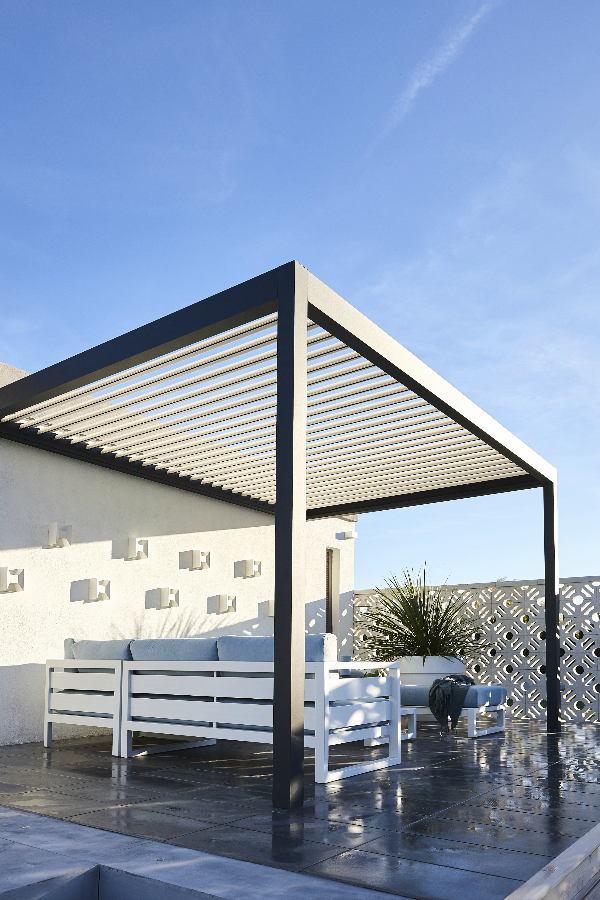 Terrasse Avec Pergola Adoptez Le Confort Bioclimatique In 2020 Pergola Ideas For Patio Pergola Backyard Pergola