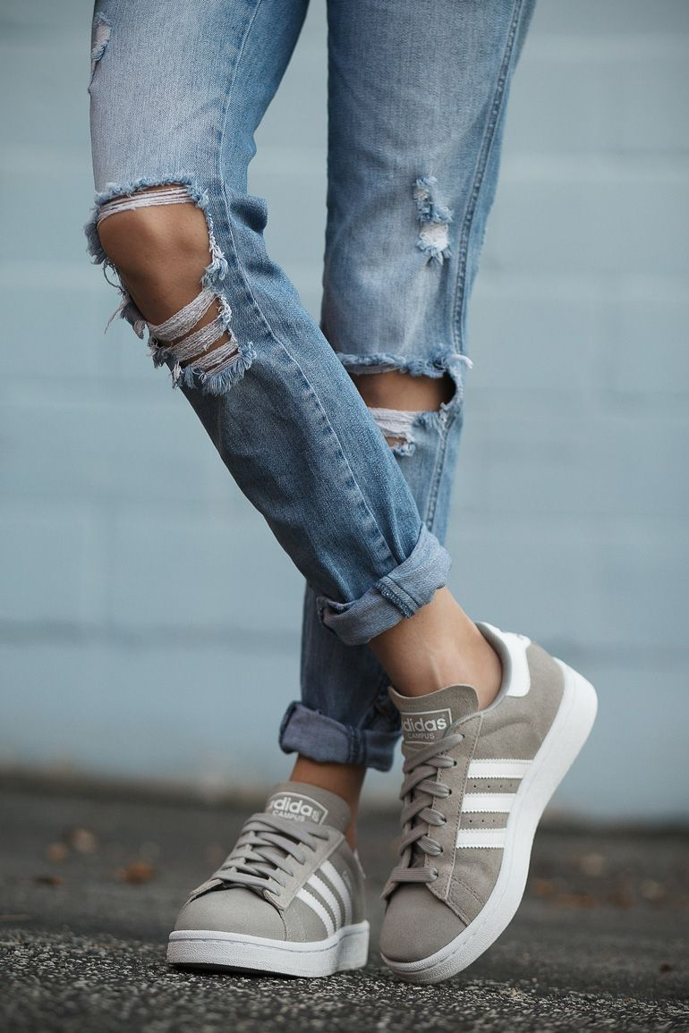 Adidas Campus suede sneaker in grey. Sneakers with distressed denim jeans.