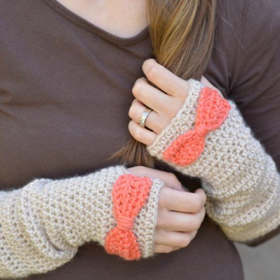 These pretty arm warmers are the perfect way to keep your hands warm without sacrificing dexterity. Get the free crochet pattern. thanks so for share xox ☆ ★ https://www.pinterest.com/peacefuldoves/