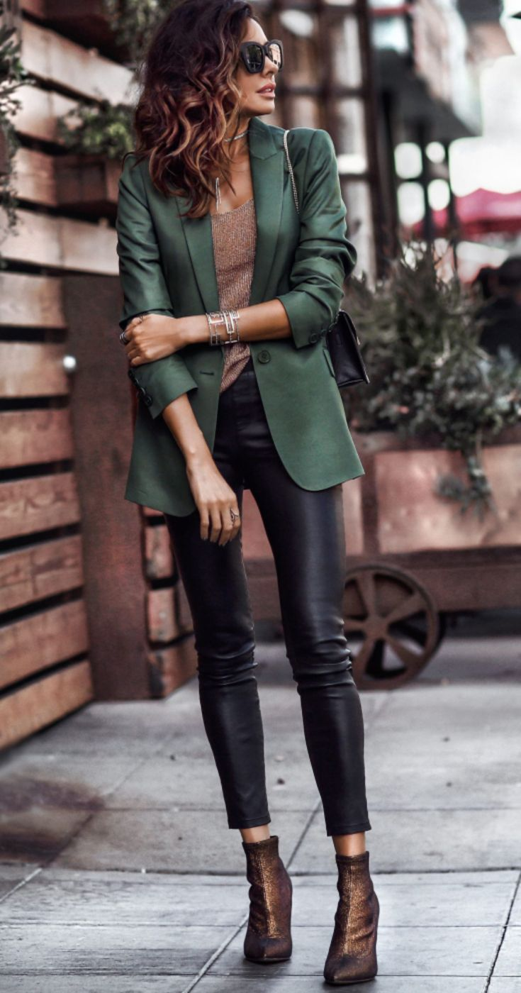 Women's Leather Pants Street Style Outfit #leatherpantsoutfit