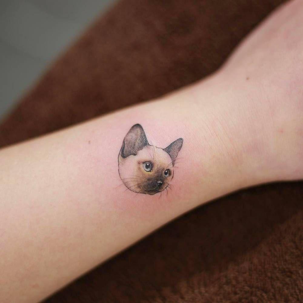 Siamese cat tattoo on the wrist. Artista Tatuador: Doy   Ideas de ...