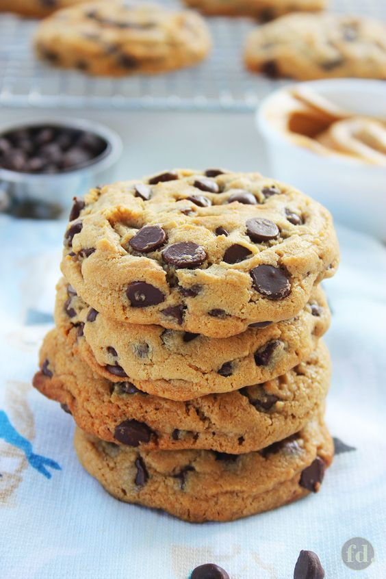 Thick & Chewy Peanut Butter Chocolate Chip Cookies #peanutbutterballs