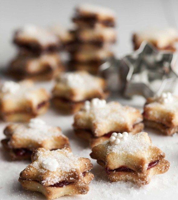 Star cookies with rasberry filling/Säteilevät tähtipikkuleivät vadelmamarmeladilla