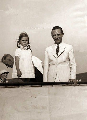Joseph Goebbels with his daugther Helga. Later he murdered ...