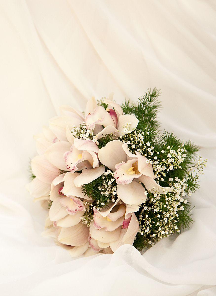 Cymbidium en gipskruid vormen de hoofdmoot van dit zoete en ook exotische bruidsboeket.