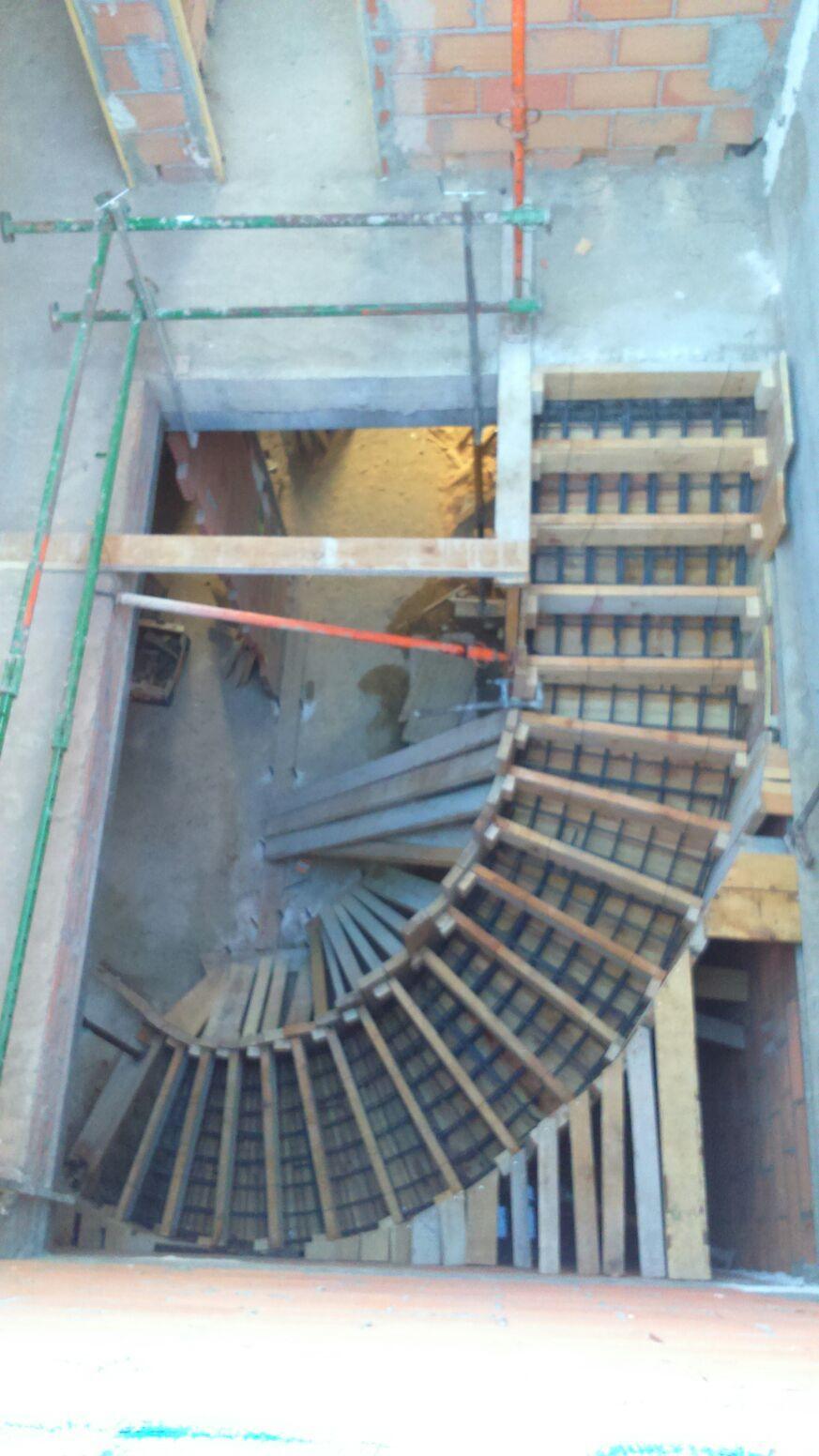 Encofrado escalera curva vivienda con escalera curva for Construccion de escaleras de concreto armado