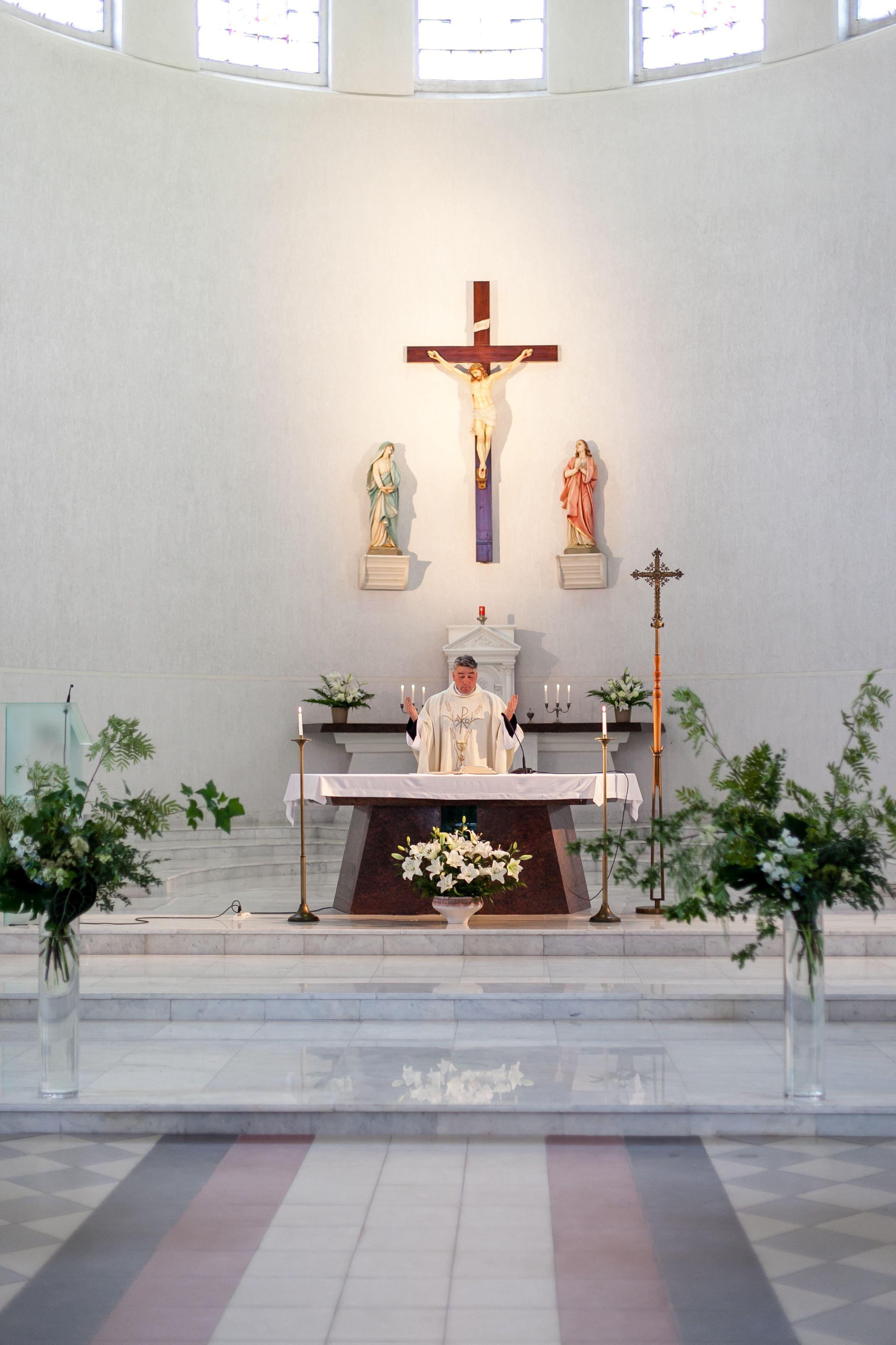 wilde huwelijksceremonie bloemen voor de kerk