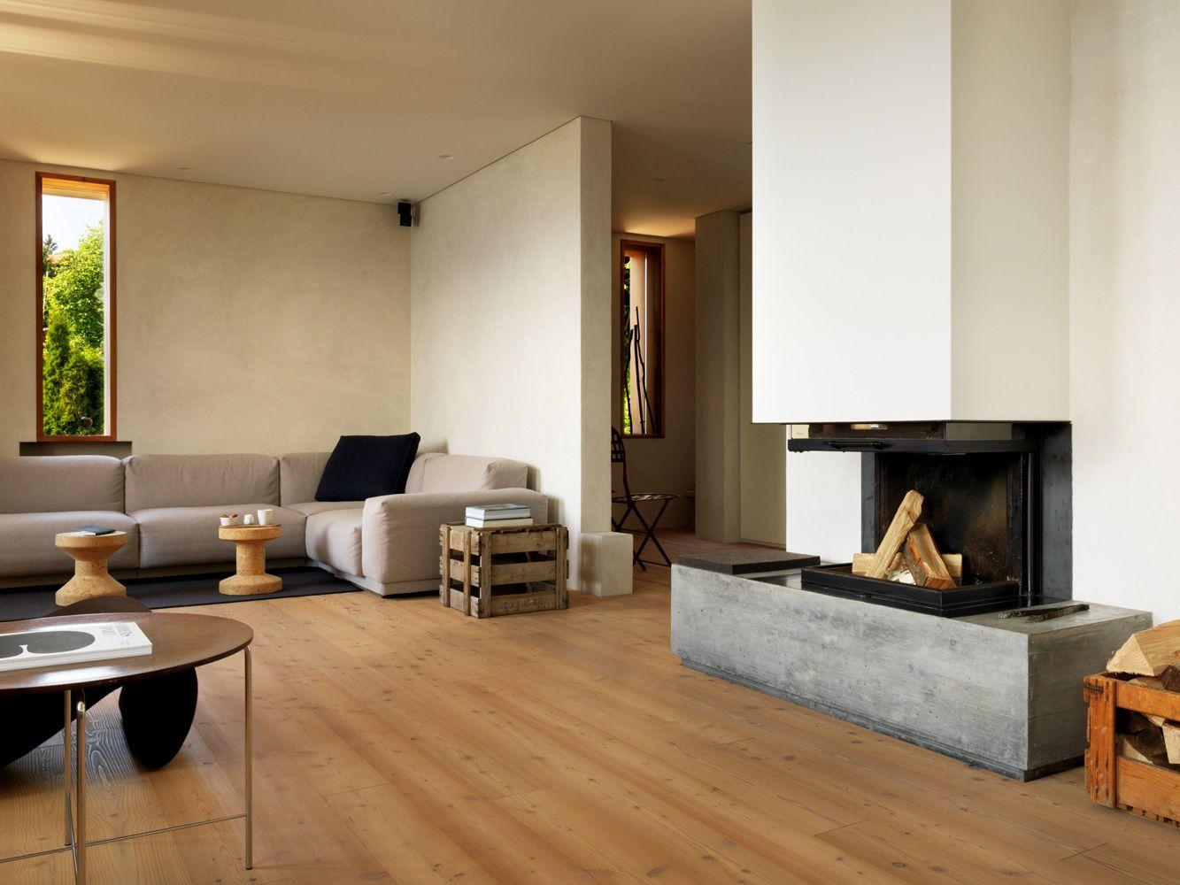 Edles Wohnzimmer Mit Dielenboden Und Offenem Kamin