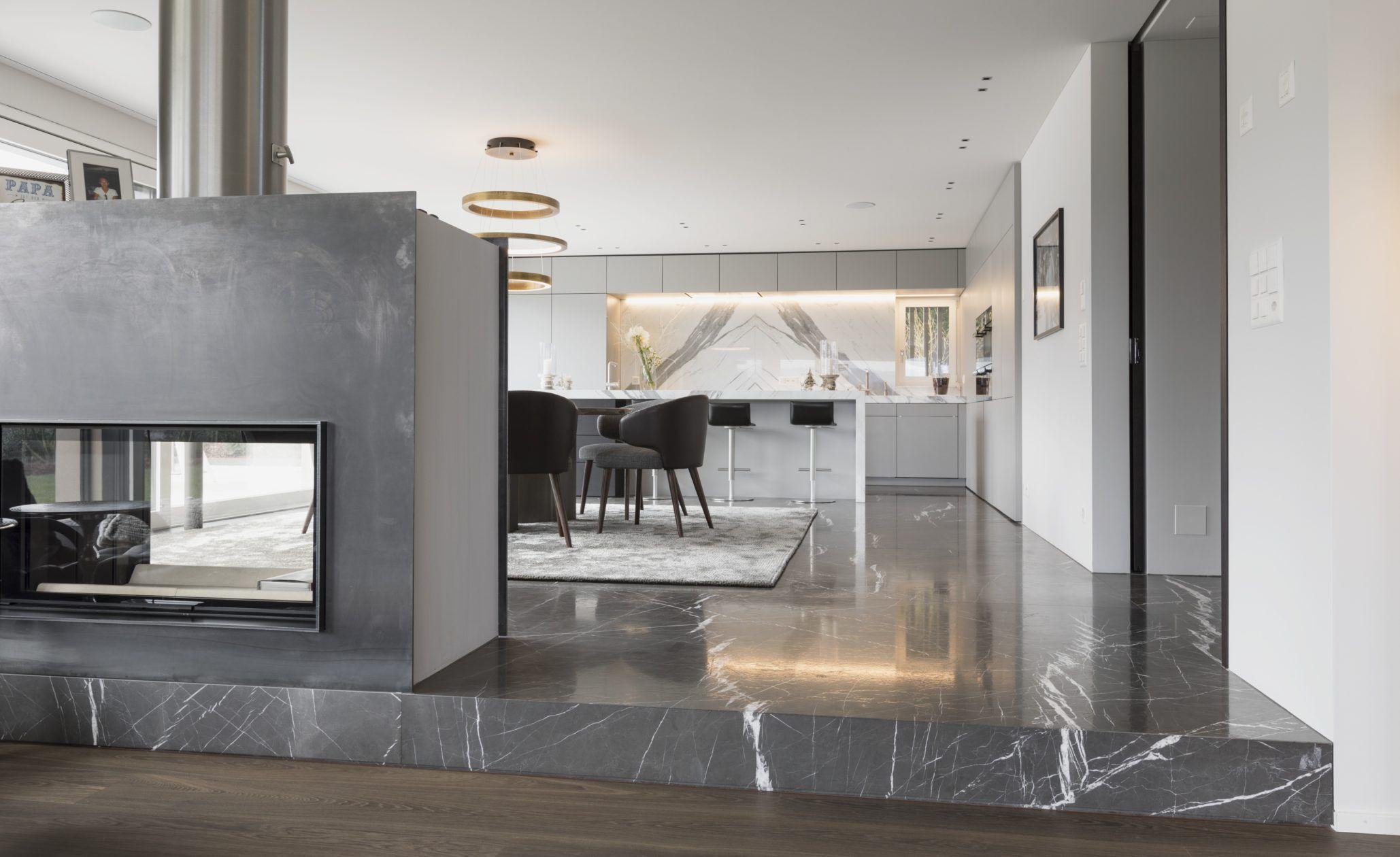 In Der Luxus Küche Mit Kochinsel Wurde Der Marmor Statuario Venato,  Poliert, Im Grossformat