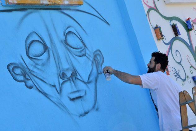 """Miguel Ángel Belinchón, """"Belin"""" realiza uno de sus impresionantes graffitis."""