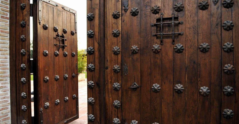 Portones coloniales buscar con google proyectos que for Puertas de madera y hierro antiguas