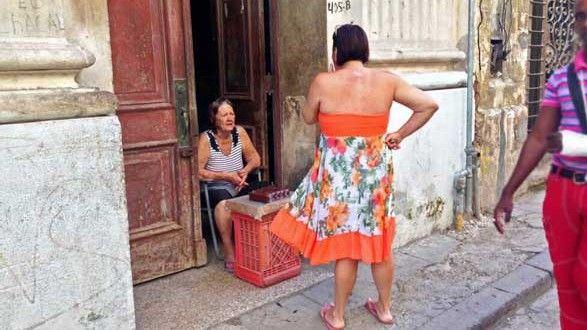 Marta Alina se despierta todos los días bien temprano para salir a su patio a recoger guayabas. Las separa, las pica, les quita las semillas y las mezcla con el resto de ingredientes para así hacer el dulce de guayaba. Una vez terminado, lo envuelve en plástico, se sienta en la puerta de su casa y sobre una caja de cerveza lo coloca para atraer la mirada de los futuros compradores. Lo mejor es que no es tan dulce; el ahorro del azúcar le da su punto. (Sigue leyendo)