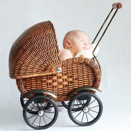 Cochecito de muñecas de mimbre y madera