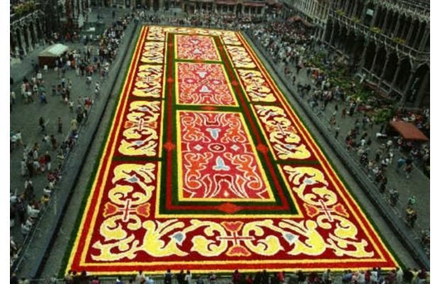 Gardeners Work On A Giant Carpet Made Of Flowers To Form A Floral Decoration At Brussels Grand Place August 14 2012 The Desi Weird Images Photo Floral Decor