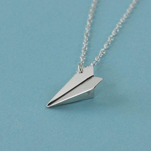 """""""Papieren"""" vliegtuigje ketting(hanger) door mxmjewelry.etsy.com, gefeatured in in de Papier-editie van Maak Magazine."""