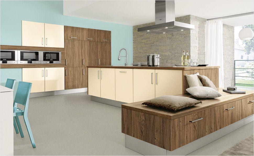 Ein Sideboard in der Küche bietet Stauraum und dient zugleich als